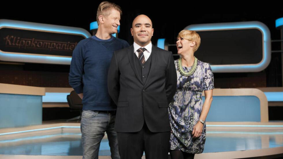 Klippeligaen: Johan Golden (i midten) leder an TV 2s nye lørdagsunderholdning, Klippkompaniet, der det bys på moroklipp fra internett. Sigrid Bonde Tusvik og Odd-Magnus Williamson er faste paneldeltakere. Det er en trio som funker godt. Pressefoto: TV 2