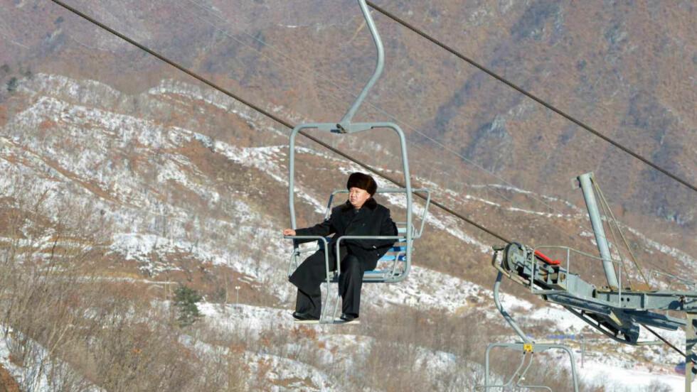 SE HVA JEG HAR:  Den nordkoreanske lederen Kim Jong-un ble en frelst alpinist da han gikk på boardingskole i Sveits. Det siste året har han febrilsk forsøkt å kjøpe skiheiser fra Europa for å lage et enormt ski-eldorado i Masik Pass. Både Sveits, Østerrike og Frankrike sa nei på grunn av straffetiltakene mot Nord-Korea som er vedtatt i Sikkerhetsrådet i FN. Men nå er skiheisen på plass, og bilder av lederen og heisene hans sendes nå verden rundt. Foto: Reuters/Scanpix