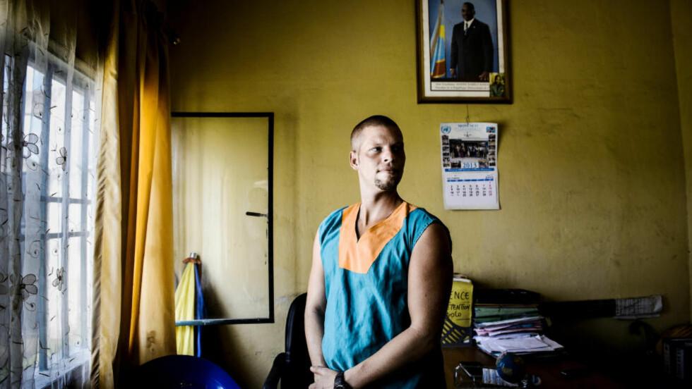 MAKTSPILL:  På veggen bak Joshua French henger et bilde av Kongos president Joseph Kabila. Han er nøkkelen i spillet om French. Foto: John T. Pedersen / Dagbladet