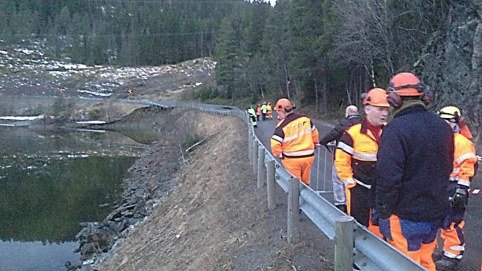 JORDRAS: Fylkesvei 17 mellom Namsos og Steinkjer er stengt etter at store jordmasser veltet over veien i natt. Representanter fra Mesta og geologer fra Vegtrafikksentralen er på stedet. Foto: Morten Hågensen.