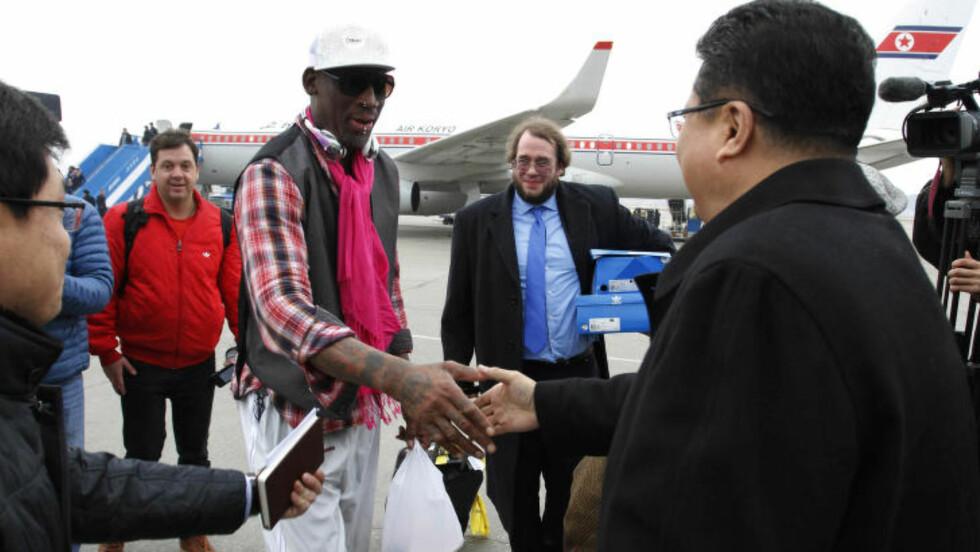 HADDE MED SEG GODTEPOSE: Dennis Rodman hadde med seg flere eksklusive gaver i posen da basketlegenden, sammen med tidligere basketproffer, besøkte Nord Korea og Kim Jong-un i anledning hans fødselsdag. Foto: AP / Kim Kwang Hyon / NTB scanpix