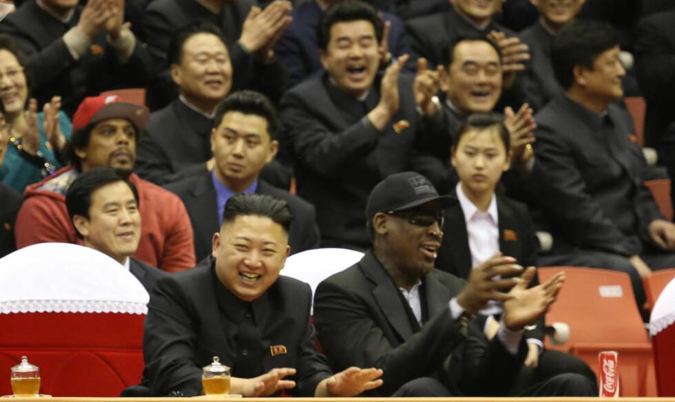RÅDYRE, ULOVLIGE LUKSUSGAVER: Basketlegenden Dennis Rodman har funnet en venn i Nord Korea-diktatoren Kim Jung-un. Rodmann hadde med seg andre basketkompiser fra NBA-tiden til landet i anledning fødselsdagen til diktatoren nylig. Med seg i bagasjen hadde Rodman også med seg rådyre luksusgaver. Presanger som vanligvis og etter planen skal stanses i sanksjonsløpet mot landet. Foto: AP / VICE Media, Jason Mojica / NTB scanpix