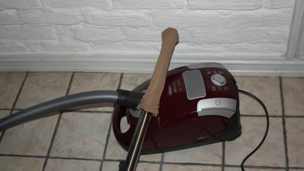 KJAPT GJORT: En nylonstrømpe over røret, og du kan plukke opp det som har falt bak vaskemaskinen som du ikke rekker.  Foto: DINSIDE.NO