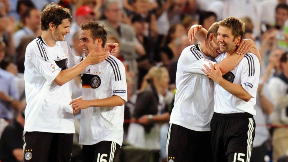 STØTTES: Thomas Hitzlsperger (til høyre) har spilt 52 landskamper for Tyskland. Her blir han omfavnet av Lukas Podolski etter 3-2-seieren over Sveits i EM 2008. AFP PHOTO / PATRICK HERTZOG -- MOBILE SERVICES OUT --