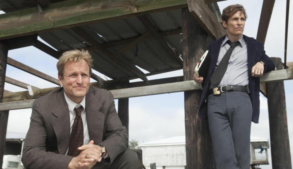 BÆRENDE ELEMENT: Woody Harrelson (t.v.) og Matthew McConaughey overbeviser som politimennene Cohle og Hart, som nøster opp sin 17 år gamle drapsetterforskning. (Foto: Jim Bridges / HBO)