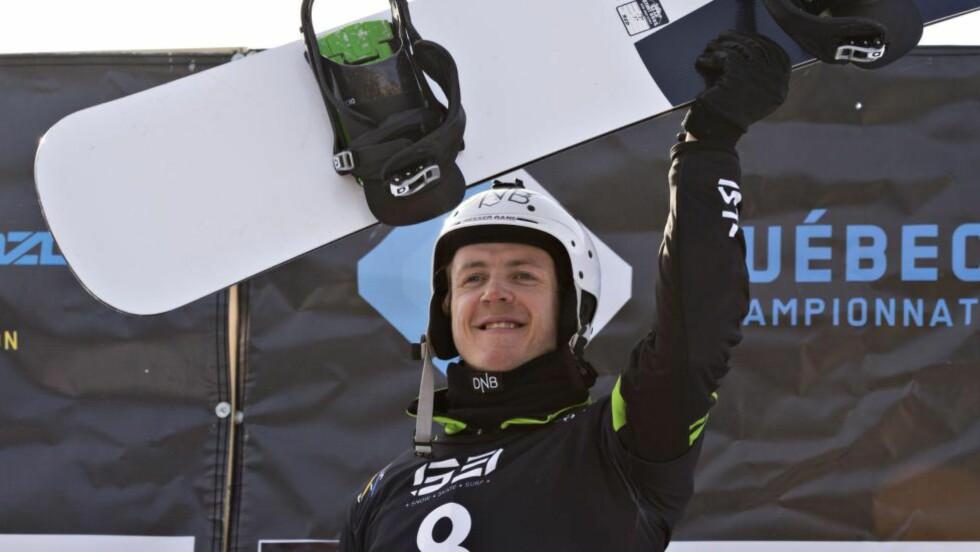 PALLPLASS:  Stian Sivertzen kjørte inn til 2.-plass i lørdagens verdenscuprenn i snowboardcross etter en dramatisk avslutning av finalen. Foto: AP Photo / Jacques Boissinot / NTB Scanpix