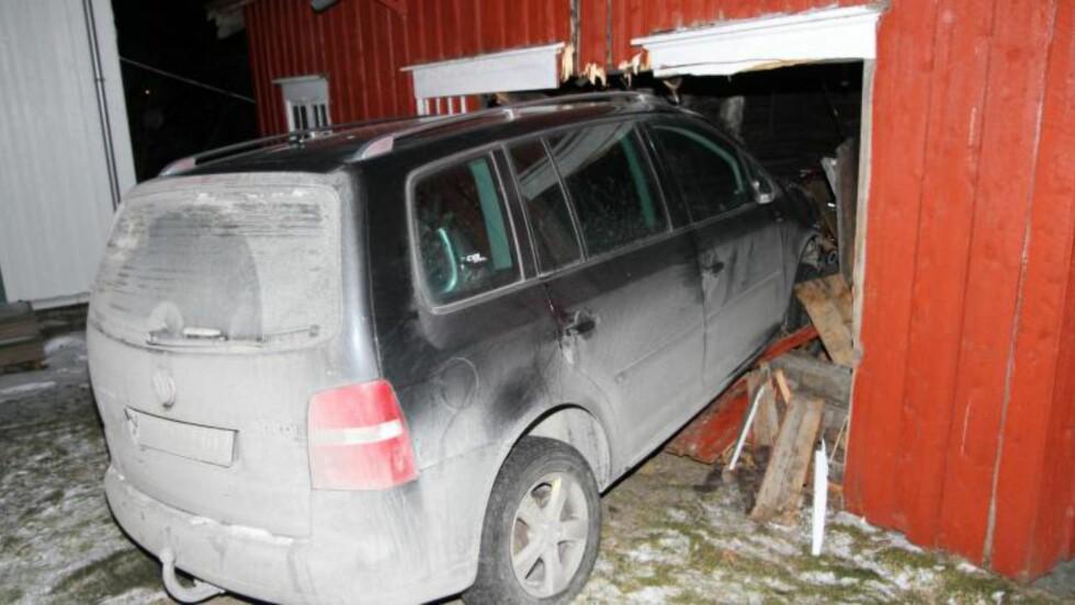 RETT I VEGGEN: En mann i 30-åra mistet førerkortet i kveld, etter at han havnet her etter en lengre kjøretur i berusa tilstand. Foto: Terje Ness
