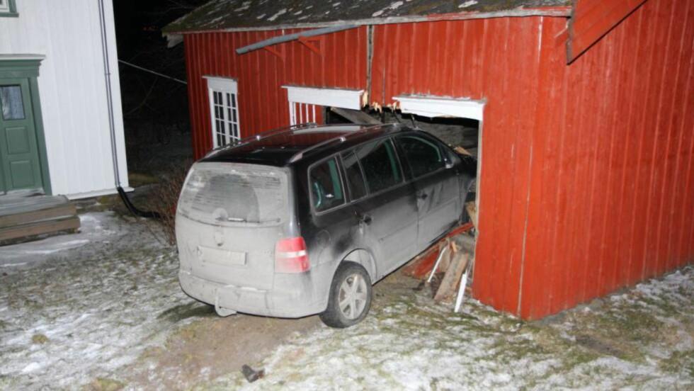 MISTET FØRERKORTET: Personen som satt bak rattet i denne bilen lørdag kveld, mista førerkortet på stedet. Foto: Terje Ness
