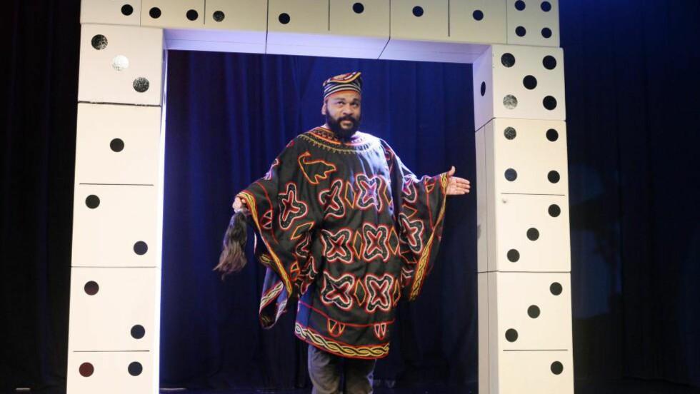 KONTROVERSIELL: Komikeren Dieudonne M'bala M'bala holdt en pressekonferanse lørdag, hvor han opplyste at showet hans blir avlyst. Foto:  AFP PHOTO / ALAIN JOCARD
