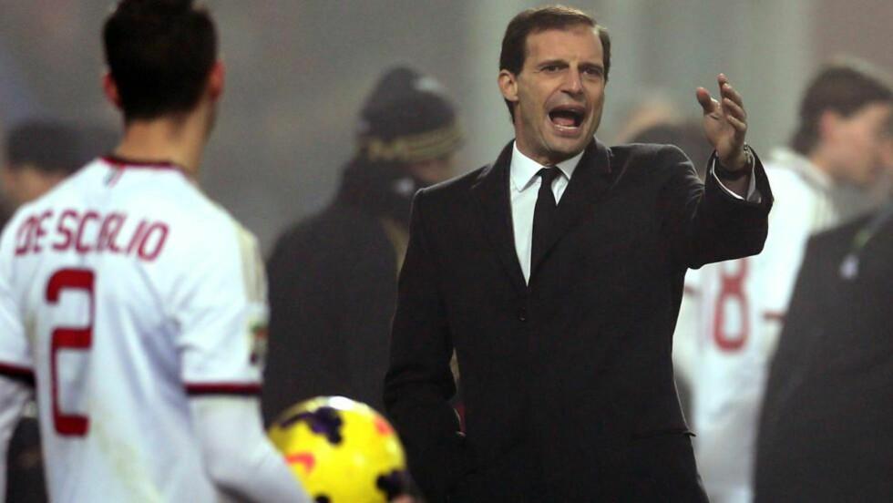 FERDIG: Massimiliano Allegri har fått sparken som AC Milan-trener. Her under gårsdagens kamp mot Sassuolo, som endte med 4-3-tap. Foto: Maurizio Parenti, AFP / NTB Scanpix