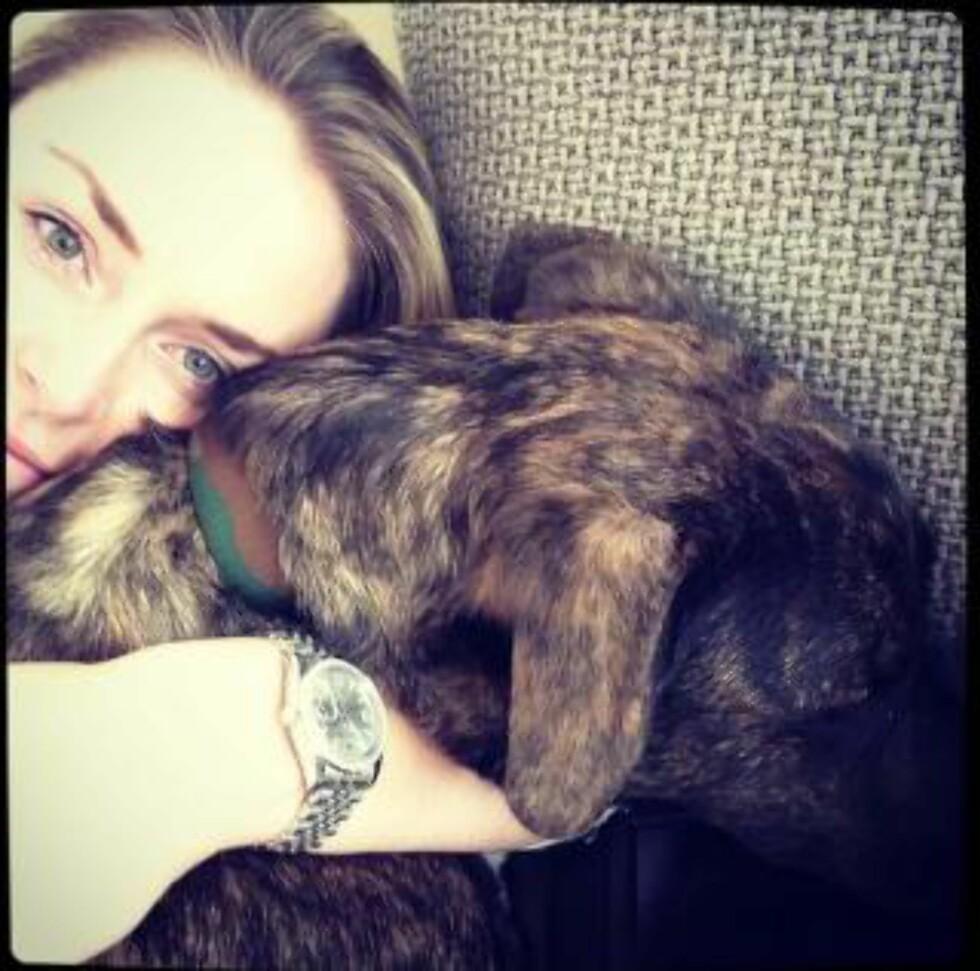 TRØST: Vonn sammen med hunden Leo. Foto: Stella Pictures