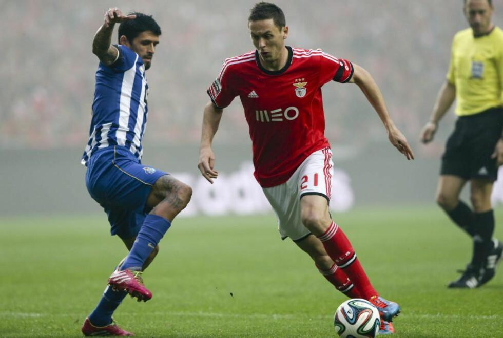 SISTE KAMP: Skal vi tro A Bola og Nemanja Matic (t.h.), er den serbiske midtbanespilleren klar for Chelsea. Dette er i så fall fra hans siste kamp for Benfica. Foto: EPA/MIGUEL A. LOPES