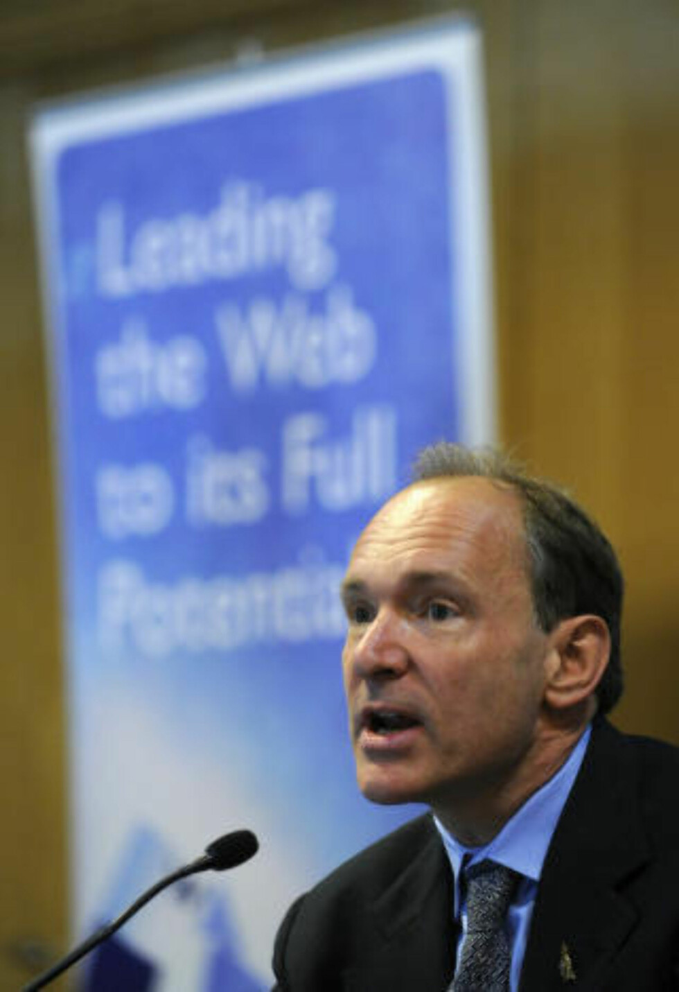 ADVARER: Tim Berners-Lee er webens far, og har en rekke ganger advart mot å tukle med nettnøytraliteten.. Foto: SCANPIX