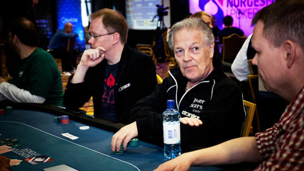 HOLDER DET GÅENDE:  Thor Hansen er fortsatt i aksjon rundt pokerbordet. Her sammen med NM-general Frode Fagerli. Foto: Drea Karlsen / www.dreakarlsen.com