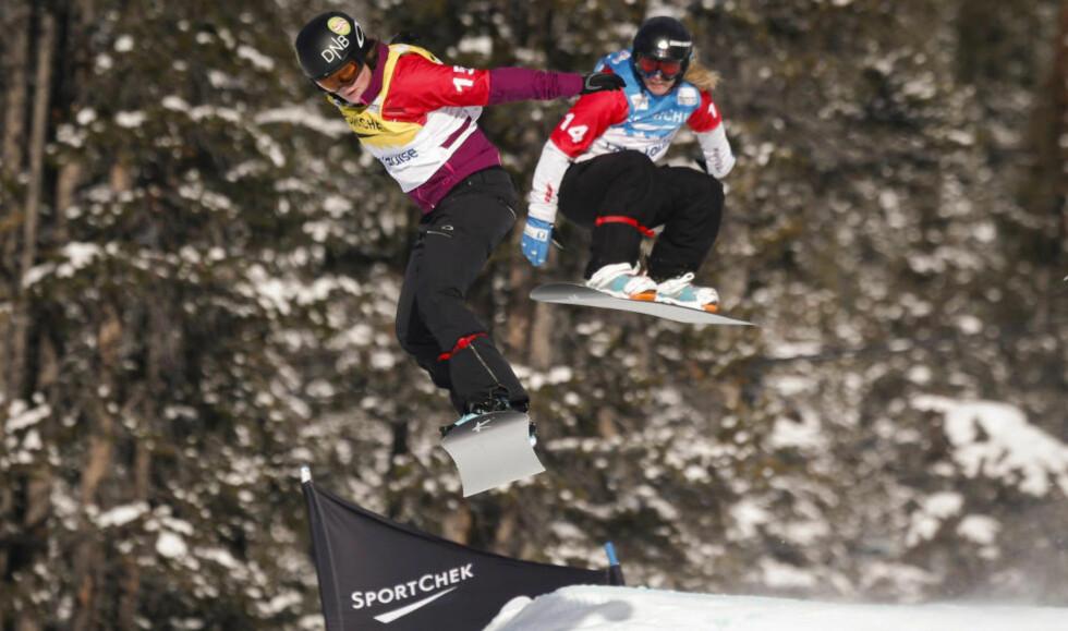 TØRKETIDEN OVER: Etter fem år uten medalje i X-Games, tok Helene Olafsen (t.v.) bronse i boardercross i dag. Her er hun i en konkurranse på slutten av fjoråret. Foto: AP Photo / The Canadian Press, Jeff McIntosh