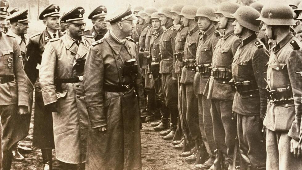 UKJENTE SIDER: Heinrich Himmler hadde tittelen SS Reichsfuehrer-SS, og var sjef for Gestapo og Waffen-SS. Nå presenteres ukjente sider av mannen i den tyske avisa Die Welt. På dette bildet fra 3. juni 1944, inspiserer han styrkene. Foto: AP/U.S. Holocaust Memorial Museum/Atlantic Foto Verlag Berlin