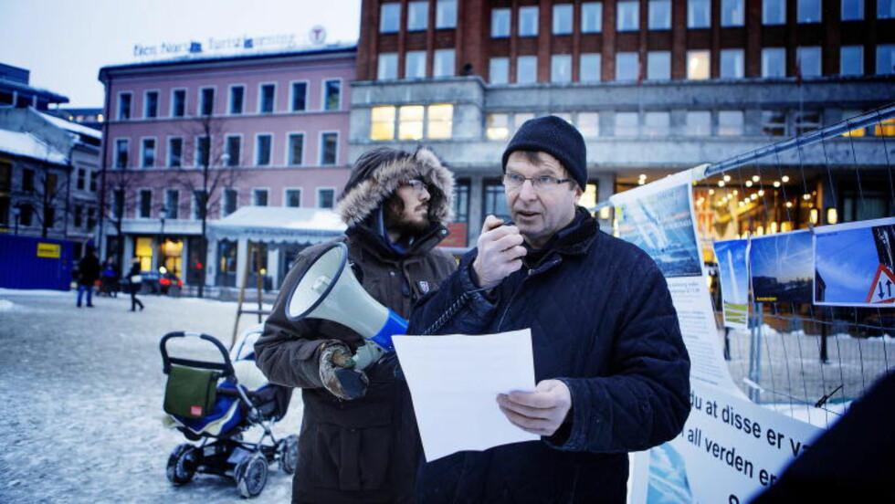 DEMONSTRER: Oslo Chemtrails demonstrerer på Youngstorget. Her Hans Kristian Gaarder som er en av lederskikkelsene i Oslo Chemtrails. Foto: Christian Roth Christensen