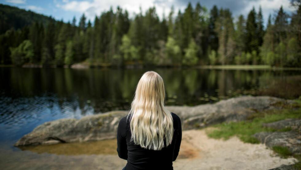 SKEPTISK: - Jeg tenkte at jeg bare fikk prøve og se, og siden det var halsen som var vond tok jeg det for gitt at jeg ikke måtte kle av meg, sier June (24). Foto: Eivind Senneset