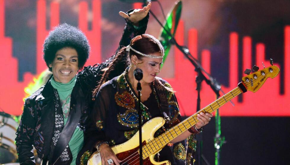 UMUSIKALSK: Prince, her med bassist Ida Nielson i bandet 3rd Eye Girl, har igjen pusset advokater på noen av sine mest dedikerte fans. Foto: Scanpix