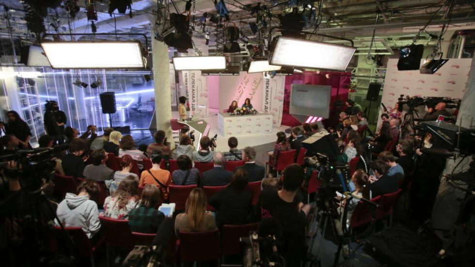 UAVHENGIG: Like etter frigjøringen av Pussy Riot-medlemmene, ble det holdt en pressekonferanse med Pussy Riots Nadezdha Tolokonnikovo i TV Rain sine studioer i Moskva. Kanalen er er åpen motstander av president Vladimir Putin. Foto: REUTERS/Tatyana Makeyeva