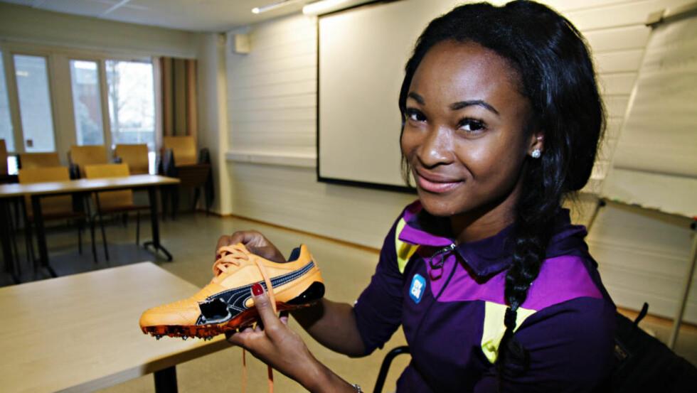 PROVISORISK LØSNING: Mens hun venter på spesialtilpassede sko fra USA, har Ezinne Okparaebo (25) klippet hull i treningsskoene sine for å redde en kranglete stortå. Foto: Pål Marius Tingve / Dagbladet