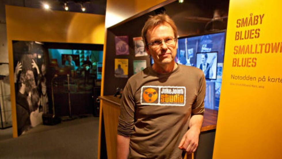 BLUESEUM: Espen Fjelle, daglig leder i Blueseum og Juke Joint Studio, foran et par av boksene som utgjør museet i det nye kulturhuset på Notodden.