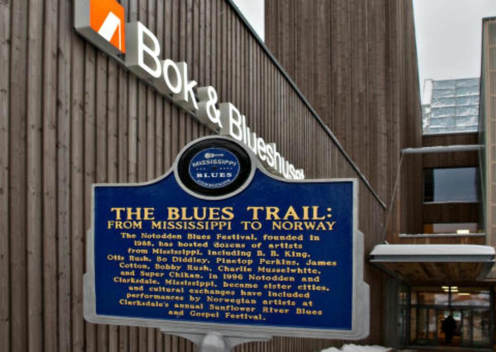 PÅ BLUESSPORET: Ved inngangen til Bok & Blueshuset står beviset på at Notodden er en ekte bluesby - en gave fra staten Mississippi  USA.