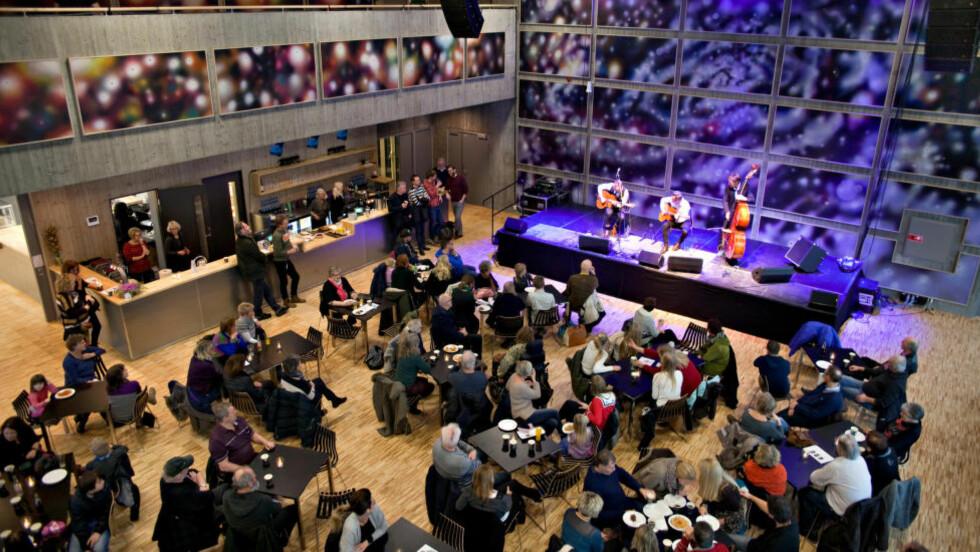 KUNST I KAFEEN: Lydingeniørene har plassert lyddempende plater på alle vegger i den kombinerte kafeen og livescene, som kunstneren Marius Martinussen har gjort til en del av kunstutsmykninga i det nye Bok & Blueshuset.  På scenen lørdag: Jazzbanditt. Alle foto: Bjorn Owe Holmberg / Dagbladet