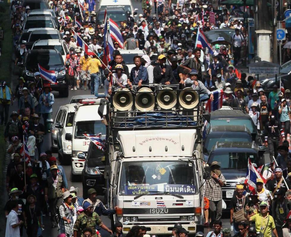 FORTSETTER: De regjeringsfiendtlige demonstrantene i Bangkok brøt opp fra sine leire nord i byen og marsjerte inn til Lumpini-parken i midtbyen. Antallet skrumper inn. Men de fortsetter kampen for å styrte statsminister Yingluck Shinawatra, og hennes vansker er ikke over ennå. Foto: AFP / Scanpix