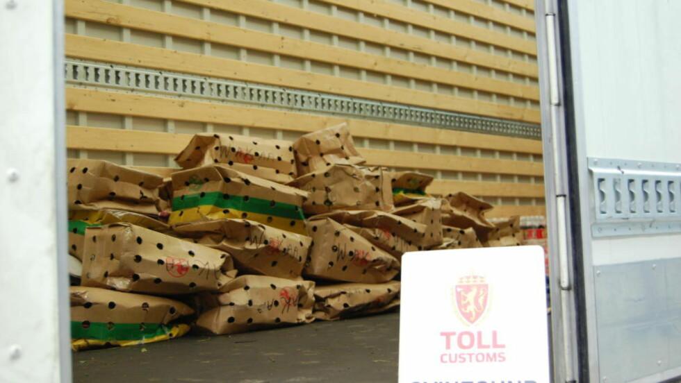 IKKE ET KJØKKEN: De to mennene sa de fraktet et kjøkken, men inne i lastebilen skjulte de disse kassene med totalt 460 kilo khat. Dette er tidenes nest største khat-beslag i Norge. Foto: Tollvesenet, Svinesund.