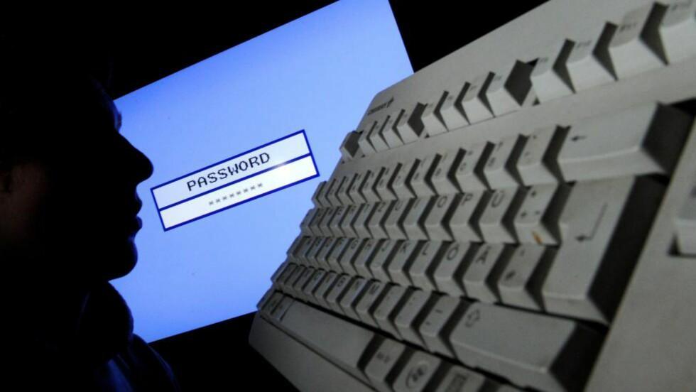 USIKRET: Hvem som helst har kunne hentet ut bilder Asus' rutere. Private filer fra nettverksdiskene er også spredt på nettet. Foto: EPA/JULIAN STRATENSCHULTE