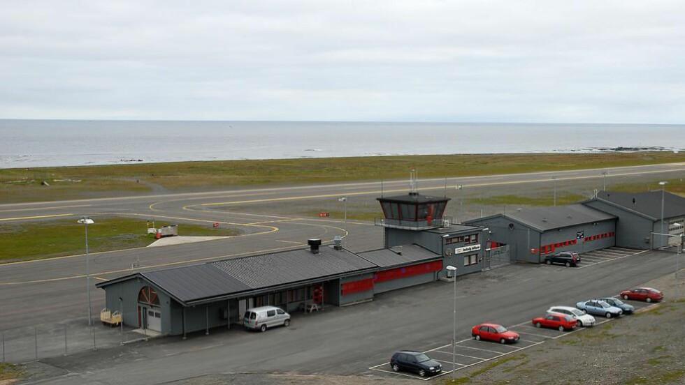 PENGENE FLYR: Berlevåg lufthavn er landets mest subsidierte flyplass. Men politikerne vil ikke kritisere. Foto: Arnt Eirik Hansen / Avinor
