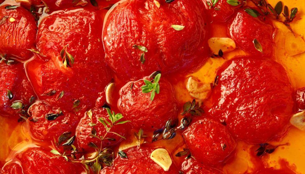 BEVARE MEG VEL: Andreas Viestad vet hvordan du best tar vare på den deilige rike smaken som tomatene har akkurat nå. Tomatconfit med timian og hvitløk lager du enkelt. Foto: METTE RANDEM