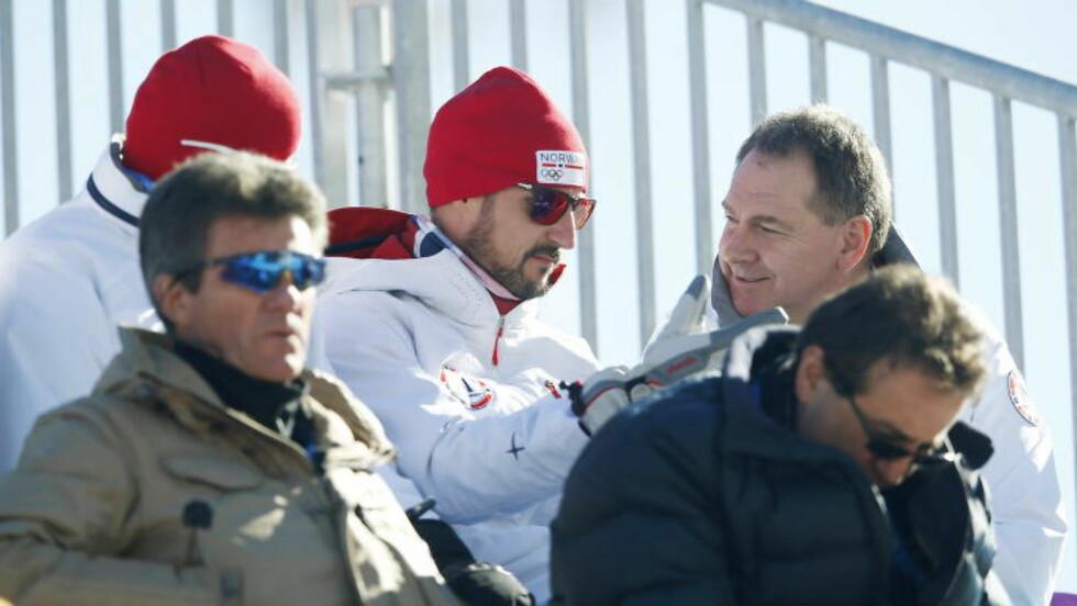 ALPINPRINS: Kronprins Haakon fulgte utforrennet sammen med generalsekretær i Norges Idrettsforbund Inge Andersen. Foto: Bjørn Langsem/Dagbladet