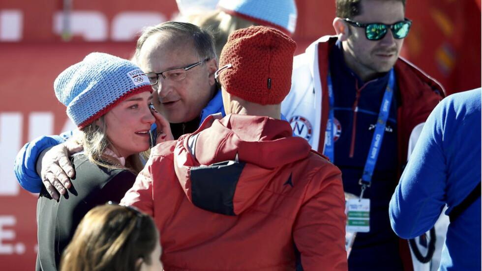 LEI SEG: Sjetteplass i utfor i OL er ikke noe å fnyse av, men Lotte Smiseth Sejersted lå lenge an til noe bedre. Her trøstes hun i målområdet. Foto: Bjørn Langsem/Dagbladet