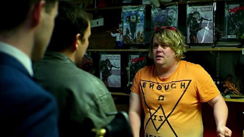 DÅRLIG DAG: Ingen toppdag for tegneserieelskere når skumle, skumle folk kommer på besøk for å lete etter favorittegneserien i Channel 4-serien «Utopia», som nå blir spilt inn på ny for HBO. Foto: Skjermdump fra serien
