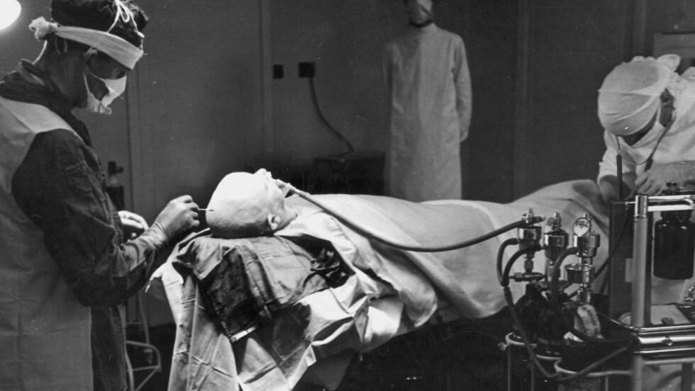 LOBOTOMERING 1947.  «Hvis insulin og elektrobehandling ikke formår å bryte ondartede assosiasjoner, er operasjonskniven det siste håpet,» het det i den medisinske propagandaen. En av de verste skamplettene i Norgeshistorien, var den omfattende lobotomeringen som foregikk ved norske sinnssykehus. FOTO: R. Hutton / Aktuell / NTB SCANPIX