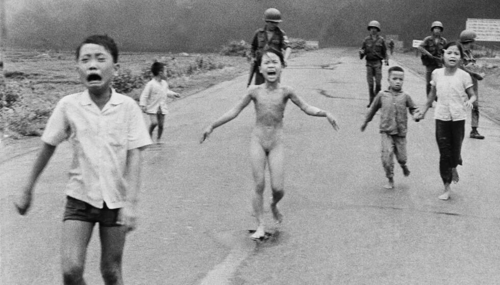 SENSURERT: Nick Uts ikoniske bilde av niåringen Kim Phuc, som flykter etter et napalm-angrep i Vietnam, skapte furore på Facebook i forrige måned. Foto: Nick Ut / AP / NTB Scanpix