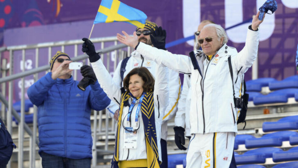 KONGEJUBEL: Det svenske kongeparet koste seg på tribunen under herrestafetten, og både ropte pg klappet på guttene under løpet. Foto: Tobias Röstlund / TT / NTB Scanpix