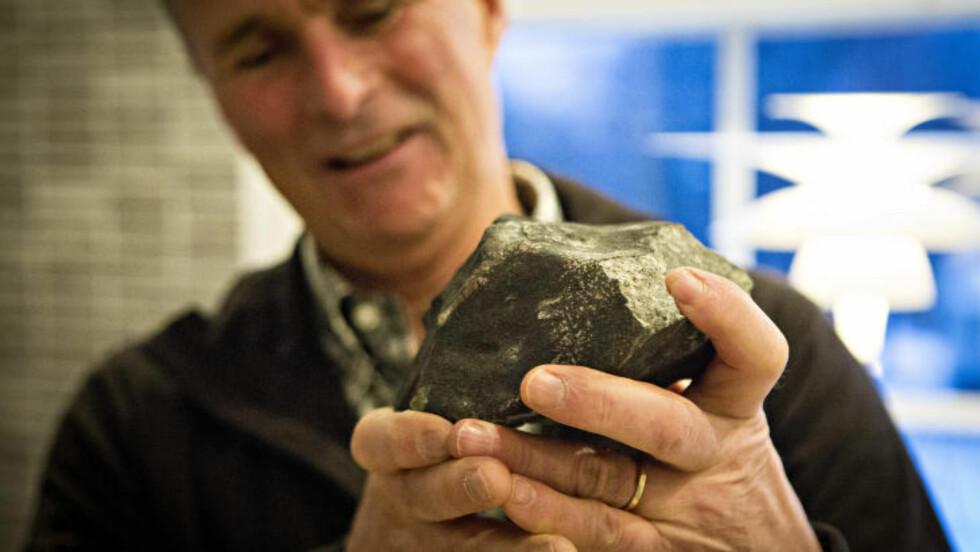 BRASTE INN I HUSET: En meteoritt på 2,8 kilo dundret gjennom Steinar Enghs veranda i Radioveien på Korsvoll/Brekke i Oslo. Engh fant den 6. februar i år, men ingen vet nøyaktig når den traff. Sannsynligvis stammer den fra Oslo-meteoren som regnet ned over hovedstaden i 2012, sier eksperter. Foto: Geir Barstein