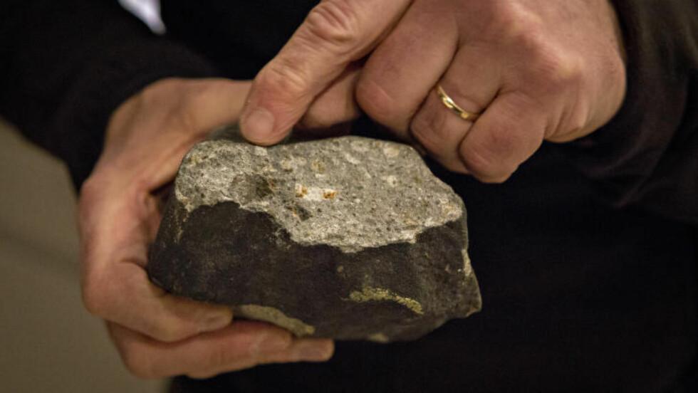 ROMSTEIN: Meteorittekspert Morten Bilet sier de er 100 prosent sikre på at det er en romstein. Foto: Geir Barstein