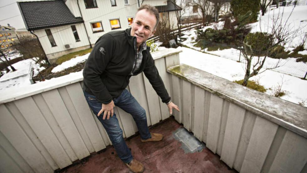 SLO HULL: Steinar Engh viser hvor meteoritten traff verandaen. Foto: Geir Barstein