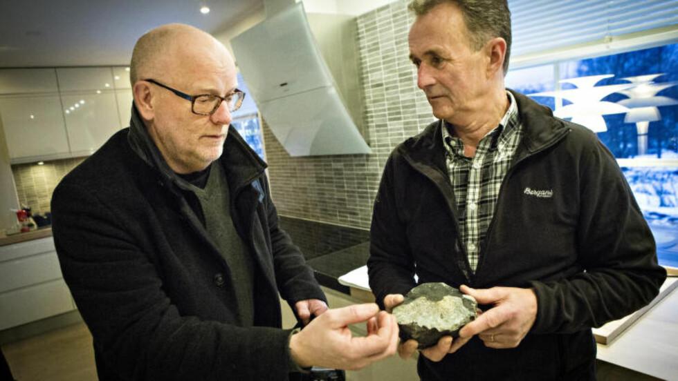 - SENSASJONELT: Meteorittekspert Morten Bilet (t.v.) sier Steinar Enghs funn er sensasjonelt. Foto: Geir Barstein
