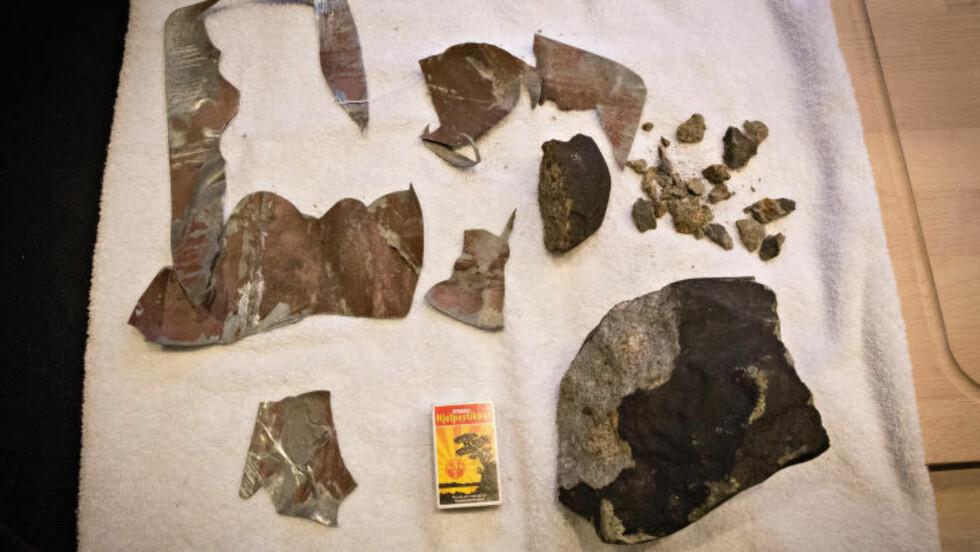VRAKGODSET: Meteorittbitene og rester fra blikkplaten den gikk gjennom. Foto: Geir Barstein