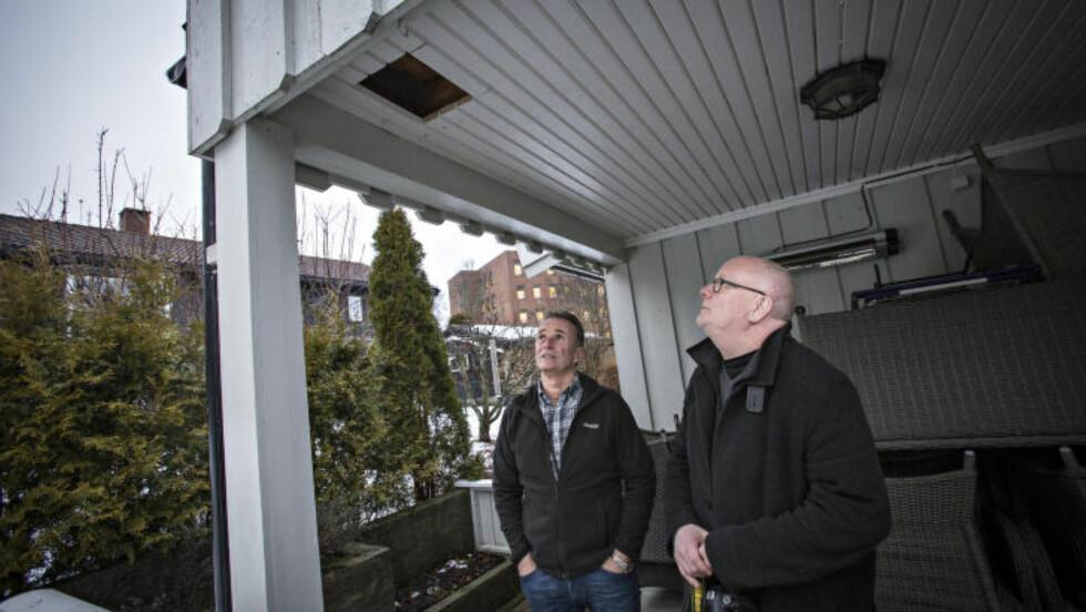 LÅ TRYGT: Meteoritten gikk ikke helt gjennom, og ble liggende mellom gulvet på verandaen og taket under. Foto: Geir Barstein