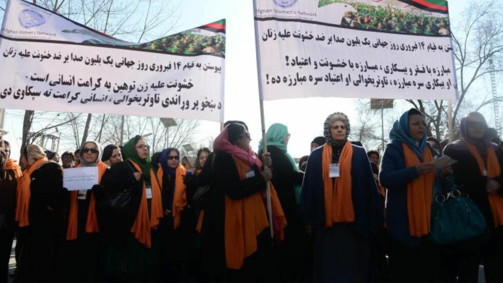 DEMONSTRERER:  Forslaget har møtt motstand fra organisasjoner som kjemper for kvinners rettigheter i Afghanistan. Her fra en demonstrasjon i Kabul på torsdag: Foto: Shah Marai / AFP Photo / NTB Scanpix