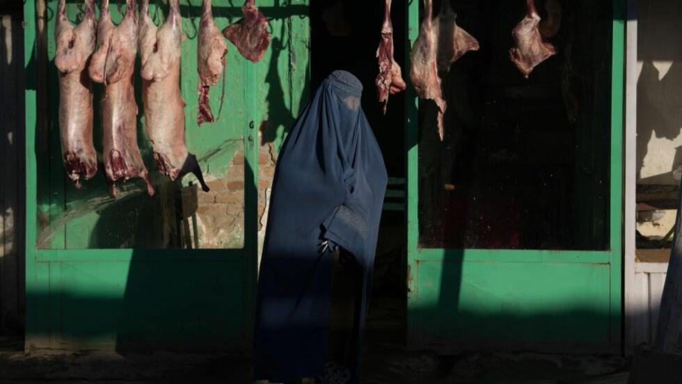 NY LOV GIR VITNEFORBUD:  Et nytt lovforslag, som sier at fornærmedes familie ikke kan avhøres som vitner, har skap harnisk blant kvinneorganisasjoner i Afghanistan. Forslaget ble godkjent av parlamentet, men ble i dag stoppet av president Hamid Karzai, som sa forlaget måtte endres. Han sa imidlertid ingenting om hvordan, og flere frykter det fortsatt kan bli innført lover som innskrenker kvinners rettigheter. Foto: Nicolas Asafouri / AFP Photo / NTB Scanpix