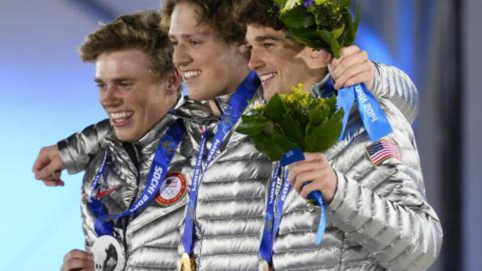 USA-GULL, -SØLV OG -BRONSE. Joss Christensen (midten) og USA sto for storeslem i slopestyle. Foto: EPA/Larry W. Smith
