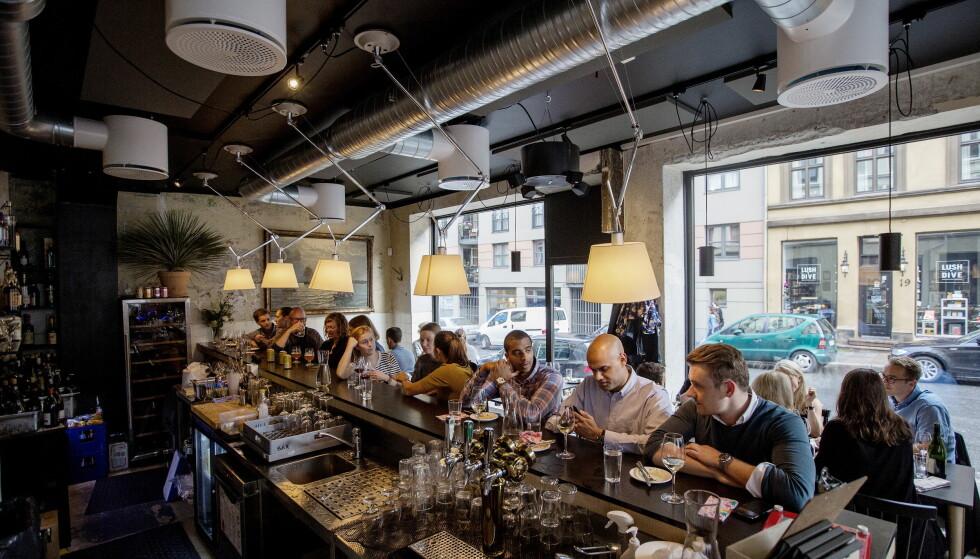 UFORMELT: Det kan være fullt på Bass, men har du flaks, er det plass til å sitte i baren. Foto: Anita Arntzen / Dagbladet