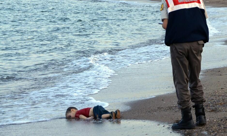 RØRTE EN HEL VERDEN: Bildet av den døde treåringen Alan Kurdi på standa i Tyrkia, sjokkerte og rørte ved en hel verden, og viste med tydellighet hvilken farlig reise flyktningene utsetter seg for i håpet om et bedre liv. Foto: NTB Scanpix